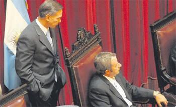 Pichetto sigue de cerca los movimientos de Cobos durante la larga sesión en e lSenado Foto: LA NACION - Maxie Amena